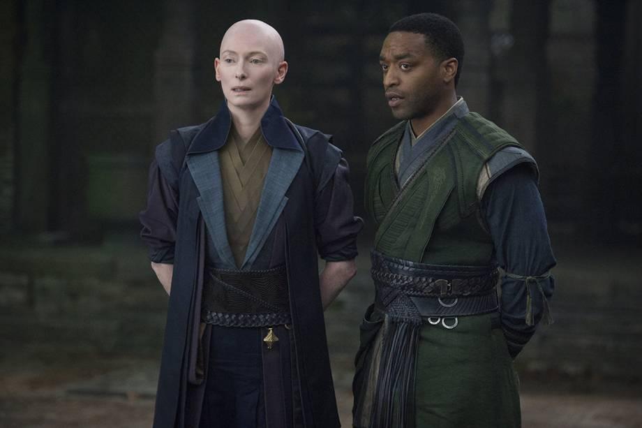 A Anciã (Tilda Swinton) e Mordo (Chiwetel Ejiofor) no filme da Marvel 'Doutor Estranho'
