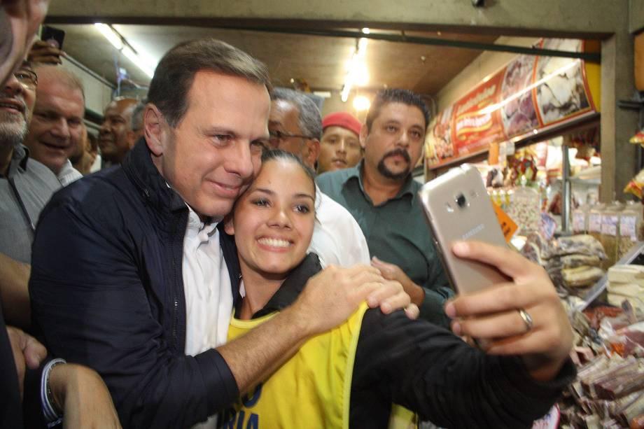 Candidato a Prefeitura de Sao Paulo, João Doria (PSDB), faz caminhada no Mercado Municipal de Guaianases Leonor Quadros, zona leste de Sao Paulo