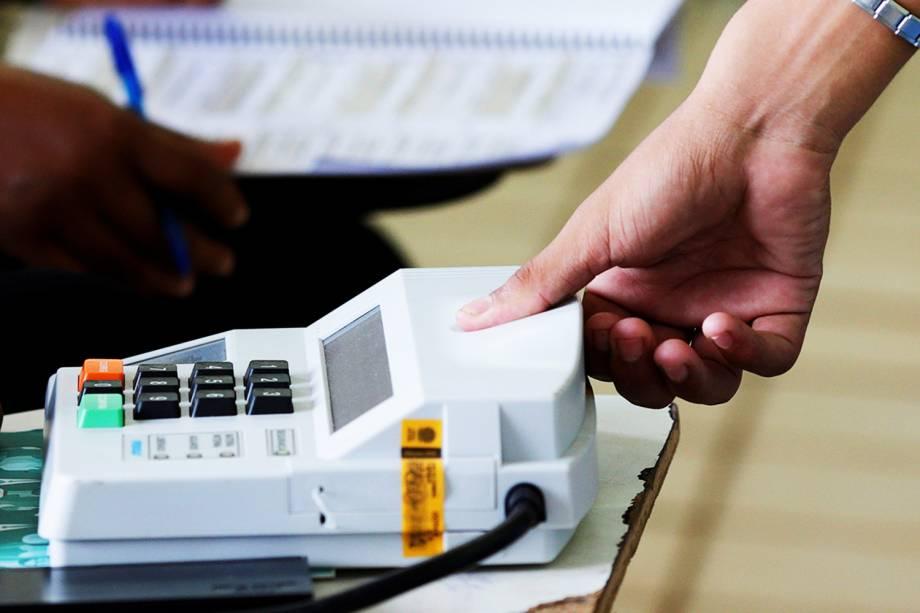 Eleitor utiliza sistema biométrico de votação em São Luís (MA) - 02/10/2016