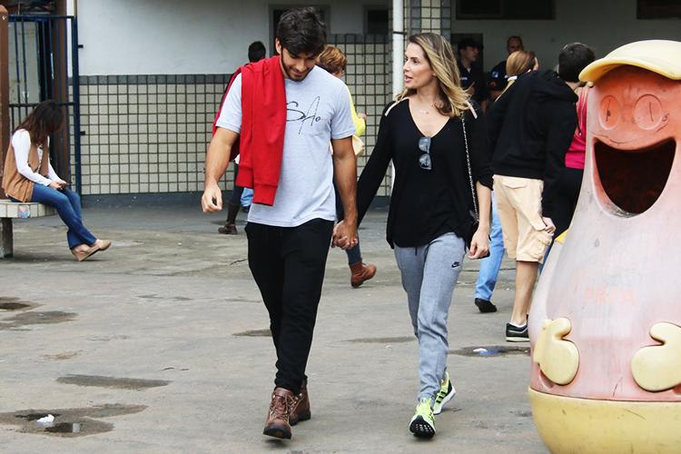 A atriz Deborah Secco e o ator Hugo Moura votam na Barra da Tijuca, no Rio de Janeiro (RJ) - 02/10/2016