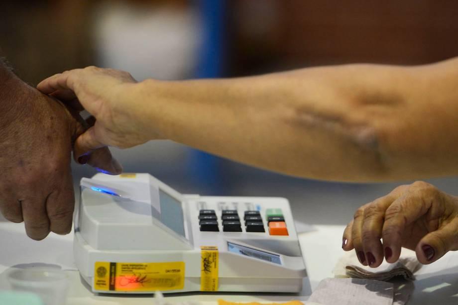 Eleitores votam em um colégio eleitoral do Estado do Rio de Janeiro - 02-10-2016)