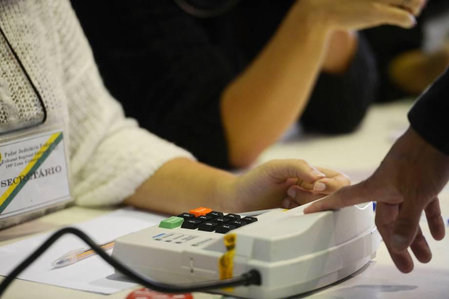 Eleitores votam em um colégio eleitoral do Estado do Rio de Janeiro - 02-10-2016