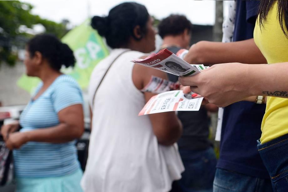 Distribuição de santinhos de propaganda de políticos em um colégio eleitoral do Estado do Rio de Janeiro - 02-10-2016