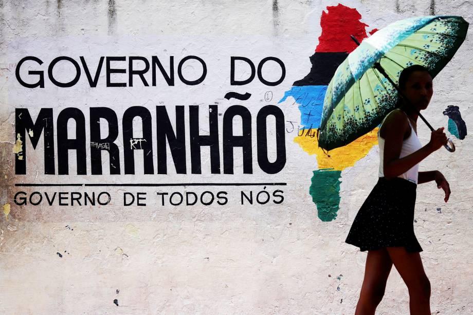 Eleitora caminha próxima de local de votação em São Luís (MA) - 02/10/2016