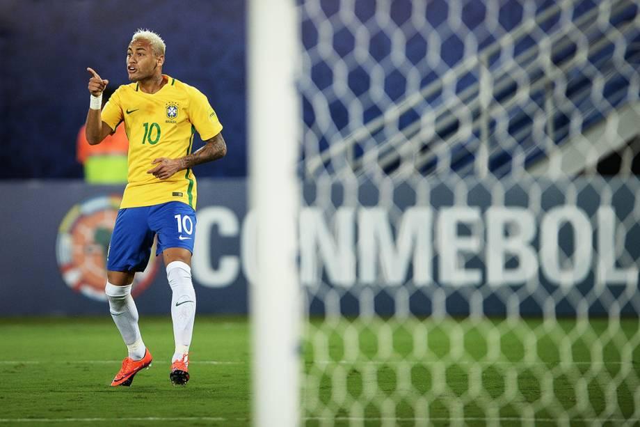 Neymar comemora após marcar o primeiro gol do Brasil sobre a Bolívia, na Arena das Dunas em Natal