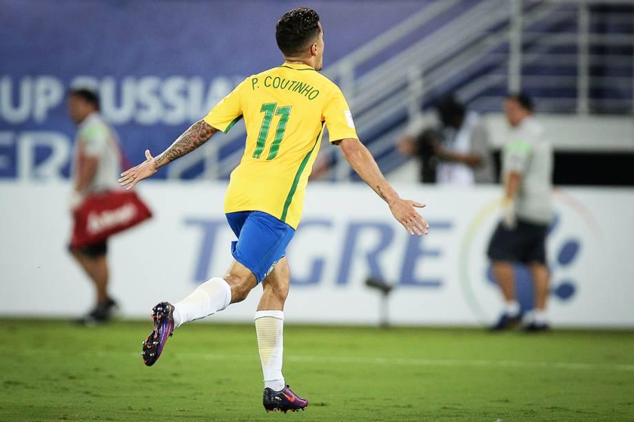 Philippe Coutinho comemora após marcar o segundo gol do Brasil sobre a Bolívia, na Arena das Dunas em Natal