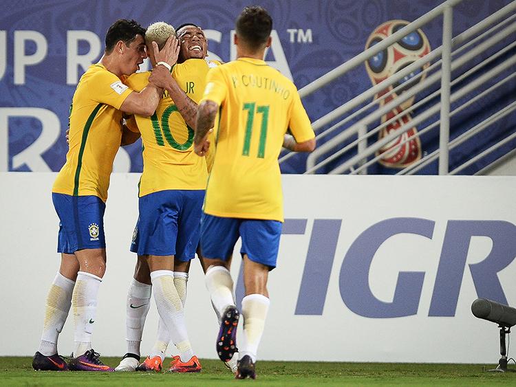 Jogadores do Brasil  comemoram o terceiro gol sobre a Bolívia, na Arena das Dunas em Natal