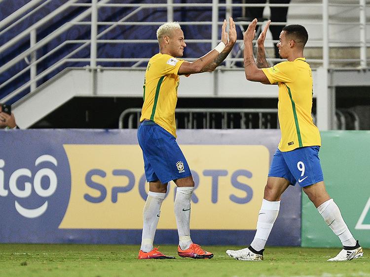 Neymar comemora com Gabriel Jesus após marcar o primeiro gol do Brasil sobre a Bolívia, na Arena das Dunas em Natal