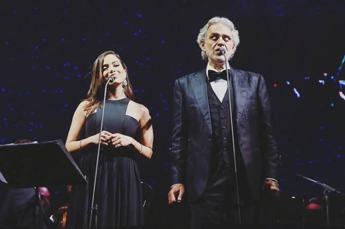 Anitta canta junto com Andrea Bocelli, durante a passagem da turnê do tenor em Curitiba (PR)