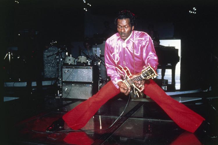 O guitarrista Chuck Berry durante apresentação