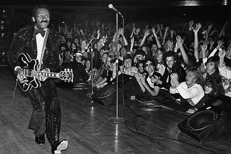 O guitarrista americano Chuck Berry durante apresentação em Hollywood, Califórnia - 1980