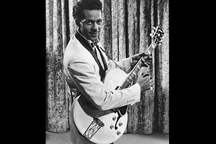 O guitarrista Chuck Berry durante as gravações do filme 'Go Johnny Go', em Los Angeles, Califórnia- 1959