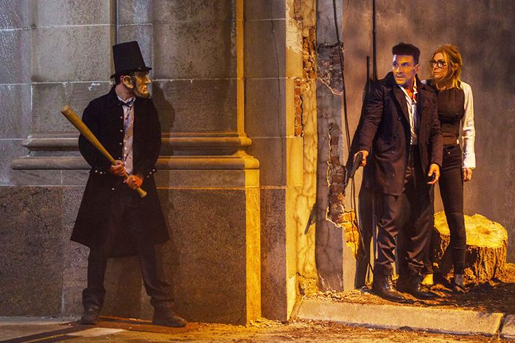 Frank Grillo interpreta o segurança Leo Barnes, que tenta manter viva a candidata à presidência Charlie Roan (Elizabeth Mitchell) em '12 Horas para Sobreviver'