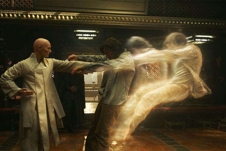 A Anciã (Tilda Swinton) e Dr. Stepher Strange (Benedict Cumberbatch) no filme 'Doutor Estranho'