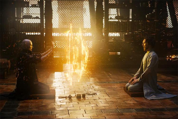 A Anciã (Tilda Swinton) e Dr. Stepher Strange (Benedict Cumberbatch) no filme'Doutor Estranho'