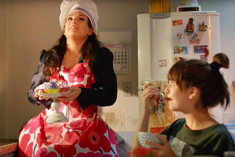 Geraldine (Kéfera Buchmann) e Júlia (Klara Castanho) em cena do filme 'É Fada'