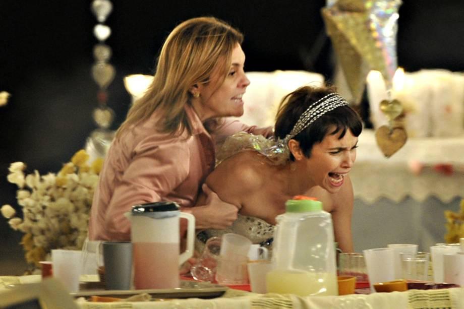Adriana Esteves e Débora Falabella na novela 'Avenida Brasil', da Rede Globo
