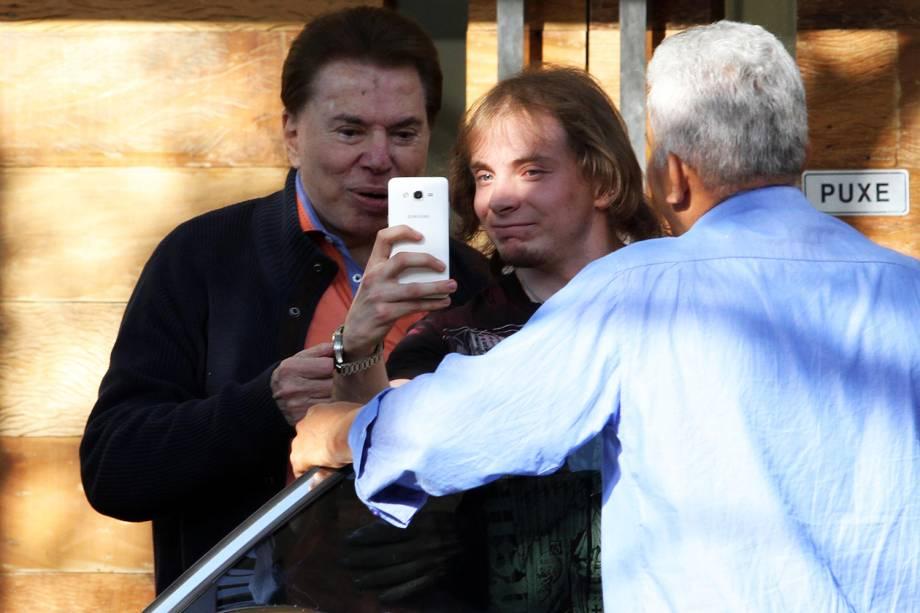 O apresentador Silvio Santos tira selfie com fã ao chegar no salão do Jassa - 06/08/2016