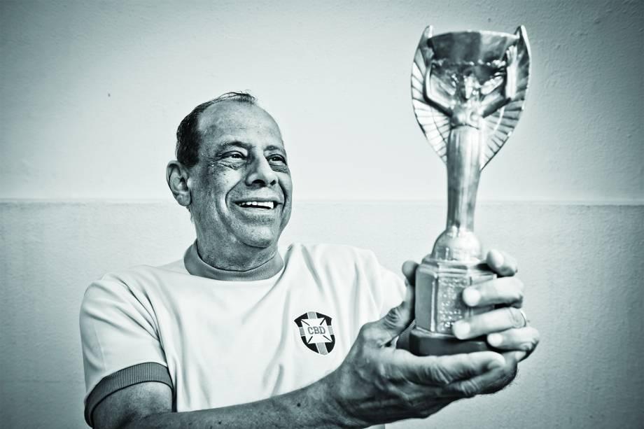 Carlos Alberto Torres segurando réplica da Taça Jules Rimet