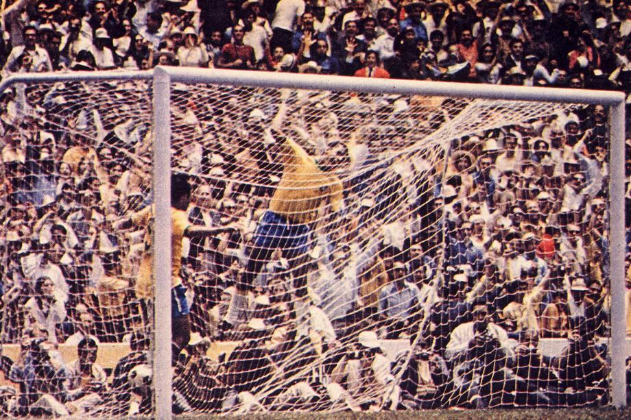 Carlos Alberto Torres comemorando gol contra a Itália durante a Copa do Mundo de Futebol - 1970