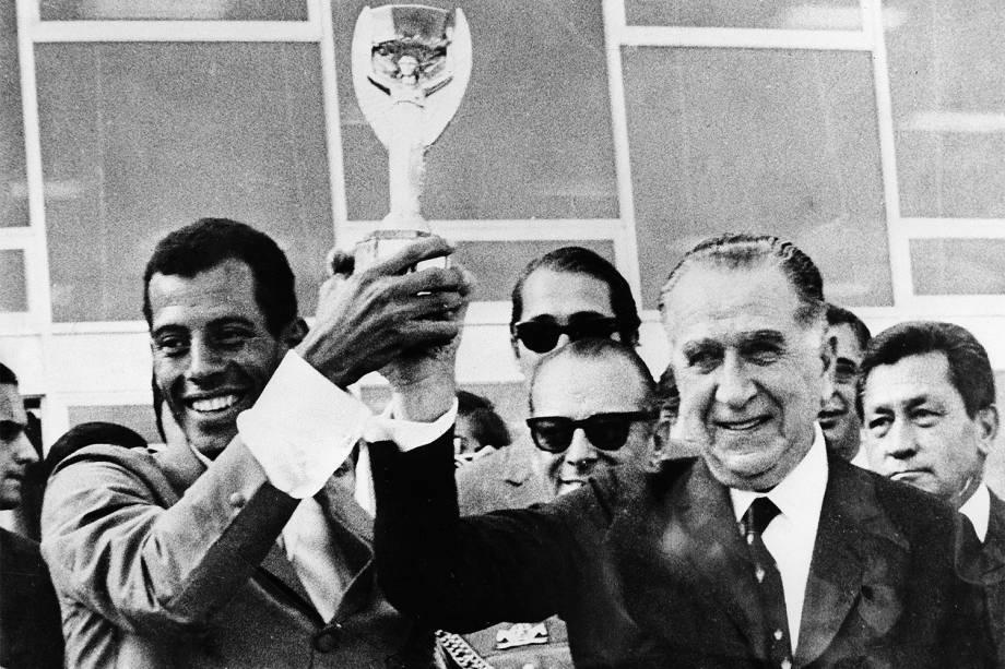 Carlos Alberto Torres, capitão da Seleção Brasileira de Futebol, com o presidente Médici, erguendo a Taça Jules Rimet após a conquista do Tricampeonato na Copa do Mundo de Futebol de 1970, no México