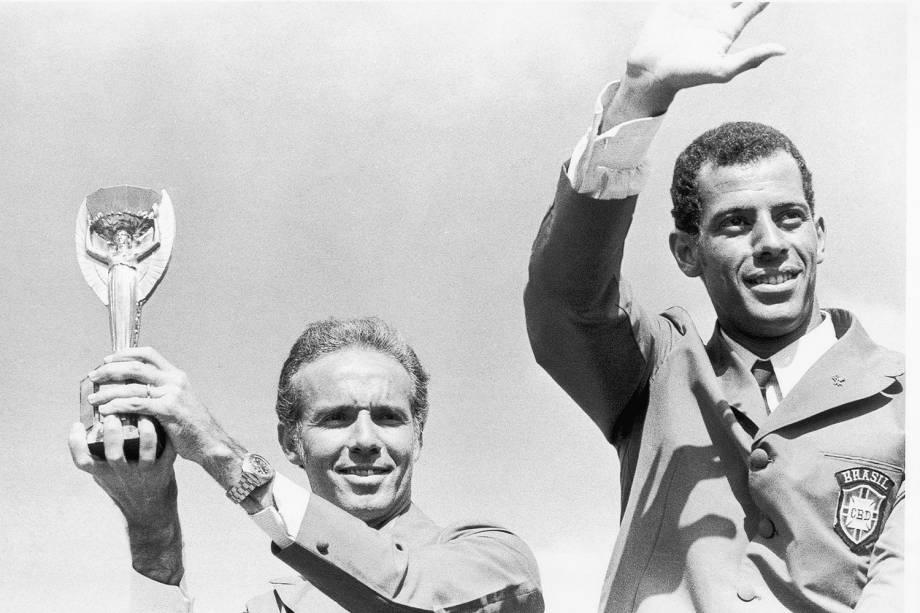 Zagallo, técnico do Brasil, segurando a Taça Jules Rimet, ao lado do capitão Carlos Alberto, durante desfile em carro aberto, na comemoração da conquista da Copa do Mundo de Futebol - 1970