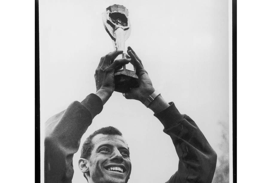 Carlos Alberto Torres, capitão da Seleção Brasileira de Futebol, erguendo a Taça Jules Rimet, conquistada na Copa do Mundo de 1970