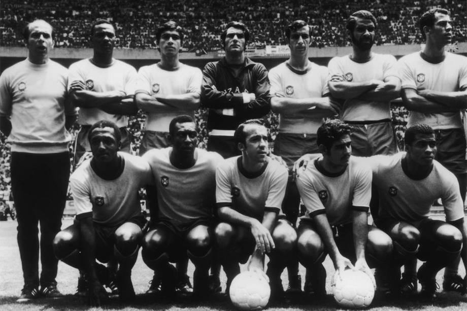 Equipe da Seleção Brasileira na Copa do Mundo de 1970: Carlos Alberto (segundo da esquerda para a direita, em pé), Sócrates, Paolo Cesar, Pelé, Tostão, Rivelino e Jairzinho