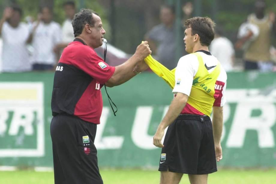 Carlos Alberto Torres, técnico do Flamengo, ao lado de Petkovic, durante treino - 2001