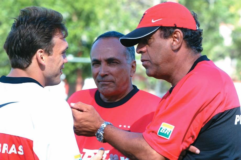 Carlos Alberto Torres, técnico do Flamengo, conversando com Petkovic, durante um treino no Estádio da Gávea - 2001