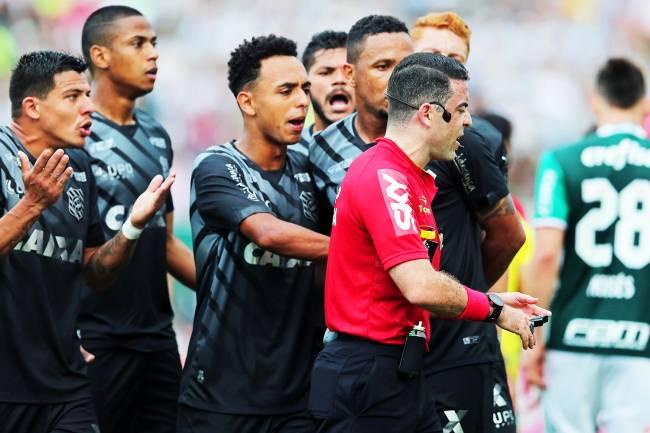 O arbitro Igor Junio Benevenuto é cercado pelos jogadores do Figueirense, durante partida contra o Palmeiras, válida pela 31ª rodada do Campeonato Brasileiro, realizada no Estádio Orlando Scarpelli, em Florianópolis (SC) - 16/10/2016