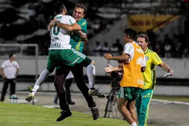 Leandro Pereira comemora com o treinador Cuca, após marcar o segundo gol do Palmeiras sobre o Santa Cruz, em Recife