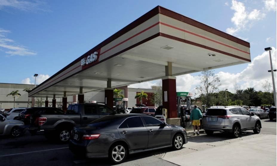 Americanos fazem fila para abastecer seus carros e deixar a cidade de Coral Springs, na Flórida