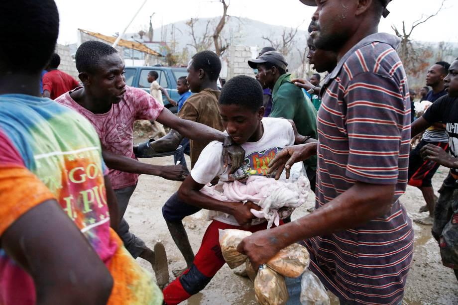 Pessoas brigam por comida no Haiti após a passagem do furacão Matthew , Haiti - 15-10-2016
