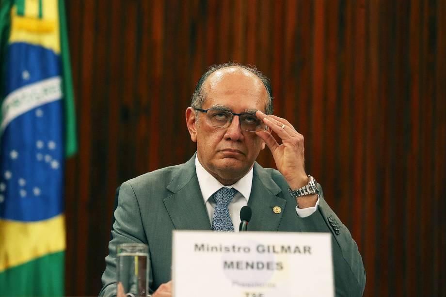 O presidente do Tribunal Superior Eleitoral (TSE), ministro Gilmar Mendes, concede entrevista ao lado do ministro da Defesa, Raul Jungmann, na sede do TSE, em Brasília - 02-10-2016