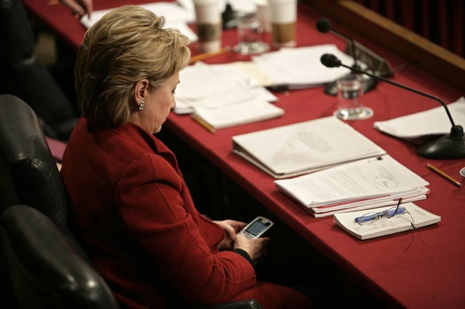 Hillary Clinton usando o celular