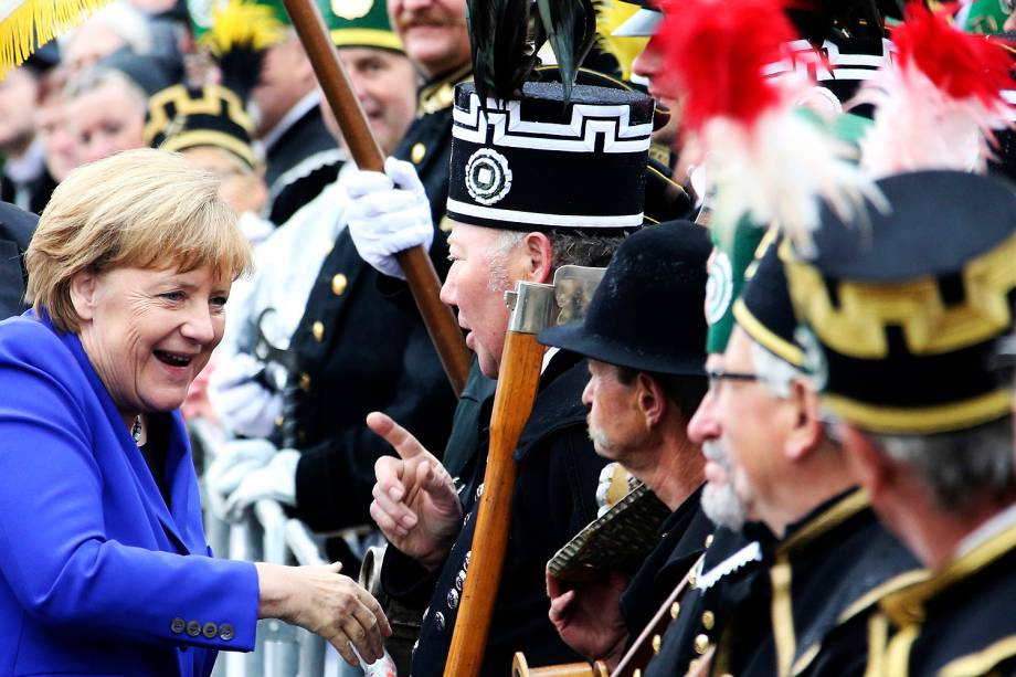 A chanceler alemã, Angela Merkel, conversa com membros da associação mineiros na celebração do 26º aniversário da unificação alemã, em Dresden - 03-10-2016