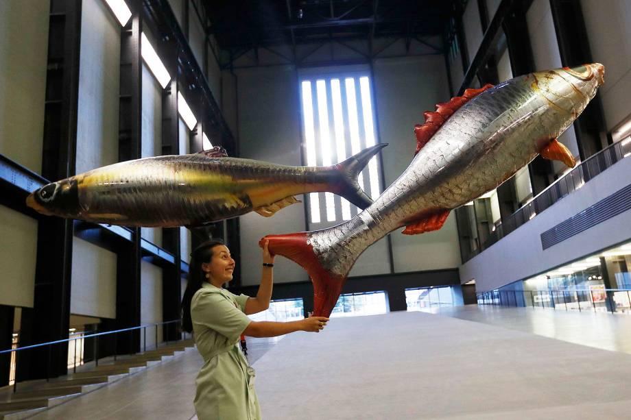"""Uma assistente posiciona balões em forma de peixe como parte da instalação denominada """"em qualquer lugar"""", do artista Philippe Parreno em museu de Londres - 03-10-2016"""
