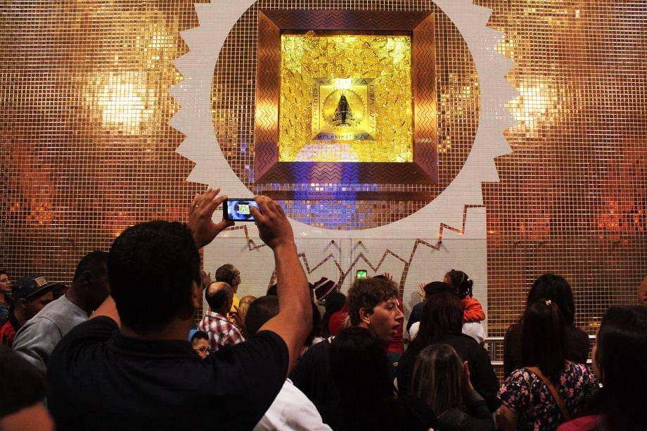 Movimentação de fiéis na tradicional celebração do Dia de Nossa Senhora de Aparecida, a padroeira do Brasil, no Santuário Nacional, na cidade de Aparecida, no interior de São Paulo - 12-10-2016