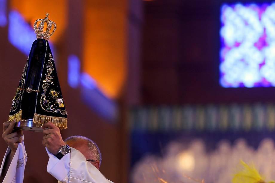 Fiéis participam de missa em homenagem ao Dia de Nossa Senhora Aparecida, a padroeira do Brasil, no Santuário Nacional, na cidade de Aparecida, no interior de São Paulo - 12-10-2016
