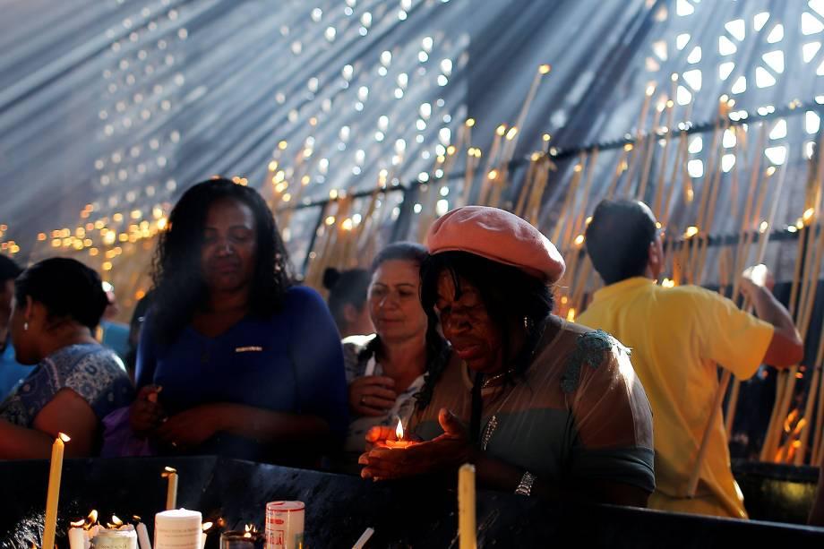 Fiéis rezam na Basílica de Nossa Senhora Aparecida, a Padroeira do Brasil, na manhã desta quarta-feira (12). Centenas de fiéis reunem-se na Basílica para agradecer as graças alcançadas e fazer pedidos