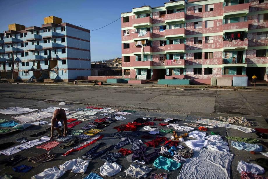 Homem estica suas roupas para secá-las após passagem do furacão Matthew em Baracoa, Cuba - 07/10/2016