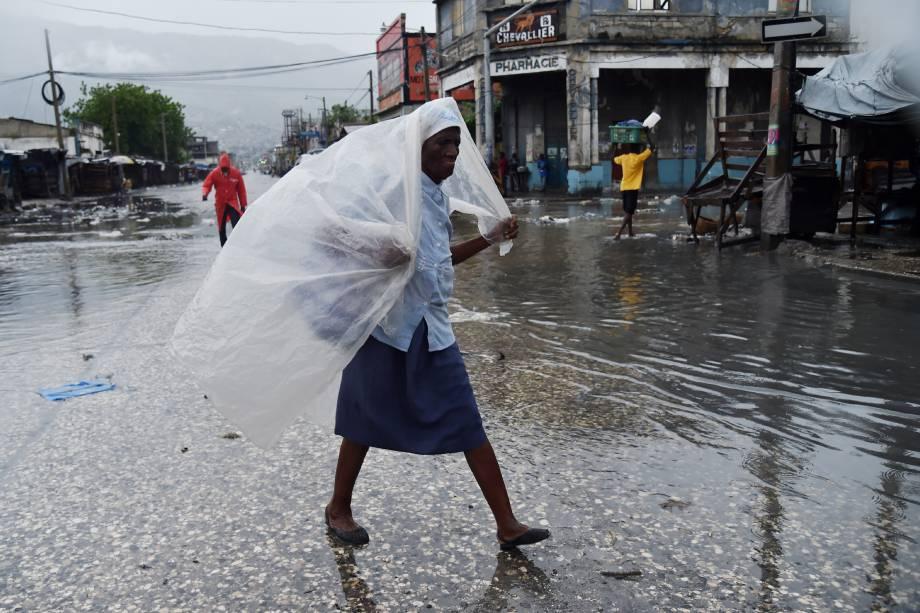 Mulher se protege da chuv