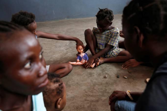 Imagens do dia – Furacão Matthew provoca destruição no Haiti