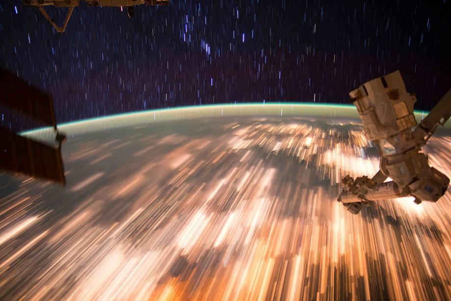 Austronautas da Estação Espacial Internacional (ISS) fotografam rastro de estrelas e luzes terrestres vistas do espaço - 07/10/2016