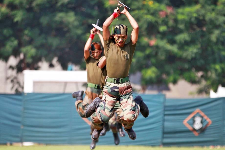 """Soldados indianos apresentam práticas militares em evento que dura dois dias, o """"Know your army"""", com objetivo de atrair novos combatentes ao exército, em Ahmedabad, Índia - 18/10/2016"""