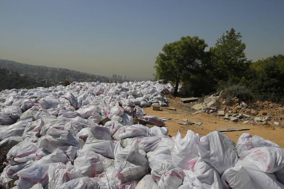 Pilhas de lixo são retratadas em uma área de floresta com vista para a cidade libanesa de Bsalim, a nordeste da capital Beirute - 03/10/2016