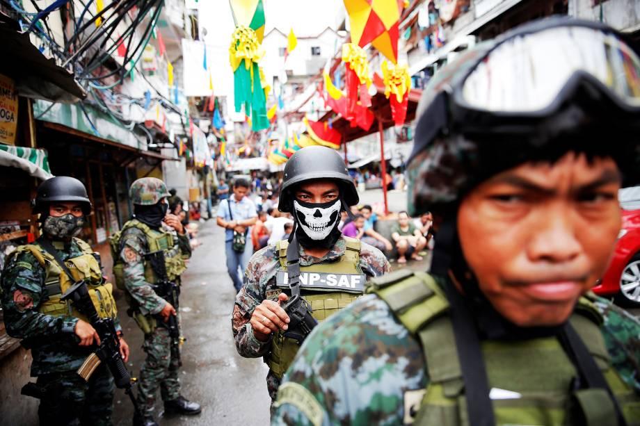 Forças de segurança inspecionam ponto de venda de drogas em Manila, nas Filipinas - 07/10/2016