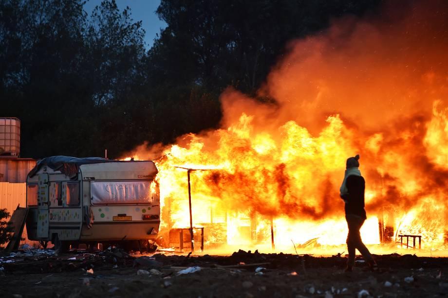Incêndio destrói barracas montadas por refugiados no campo de Calais, na França - 28/10/2016