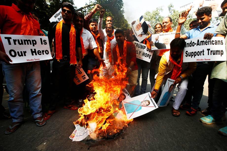 Membros do grupo Hindu Sena queimam cartazes da candidata à presidência dos Estados Unidos, Hillary Clinton, em protesto realizado na cidade de Nova Déli, na Índia - 18/10/2016